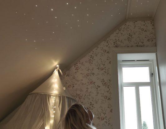 LED fiberoptisk stjernehimmel på barnerom hos villa_1893
